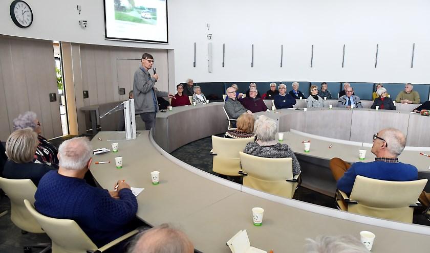 Rijinstructeur Eddy te Broeke geeft de voorlichtingsbijeenkomst rijvaardigheid in de praktijk. (foto: Roel Kleinpenning)