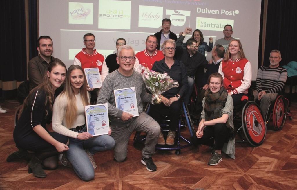 Een groepsfoto van alle winnaars van de Duivense Sportverkiezing 2018. Linksvoor met blauwe spijkerbroek Bibi van Santen.