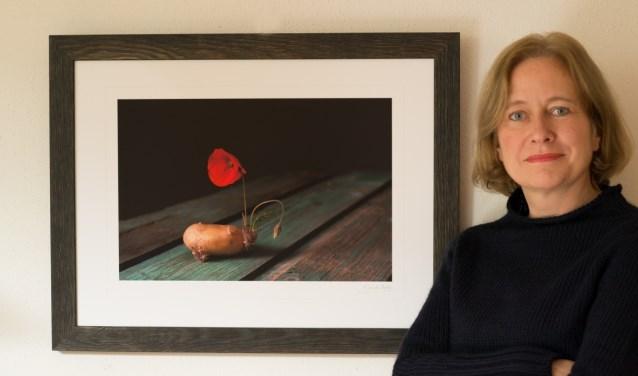 Janneke Roelof voor een van haar stillevens