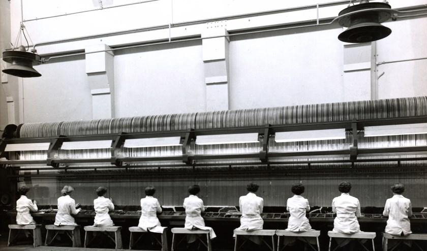 De handknoperij in 1956, waar druk wordt gewerkt aan een tapijt voor het Tuschinski Theater in Amsterdam. Foto: Leo van den Bergh.