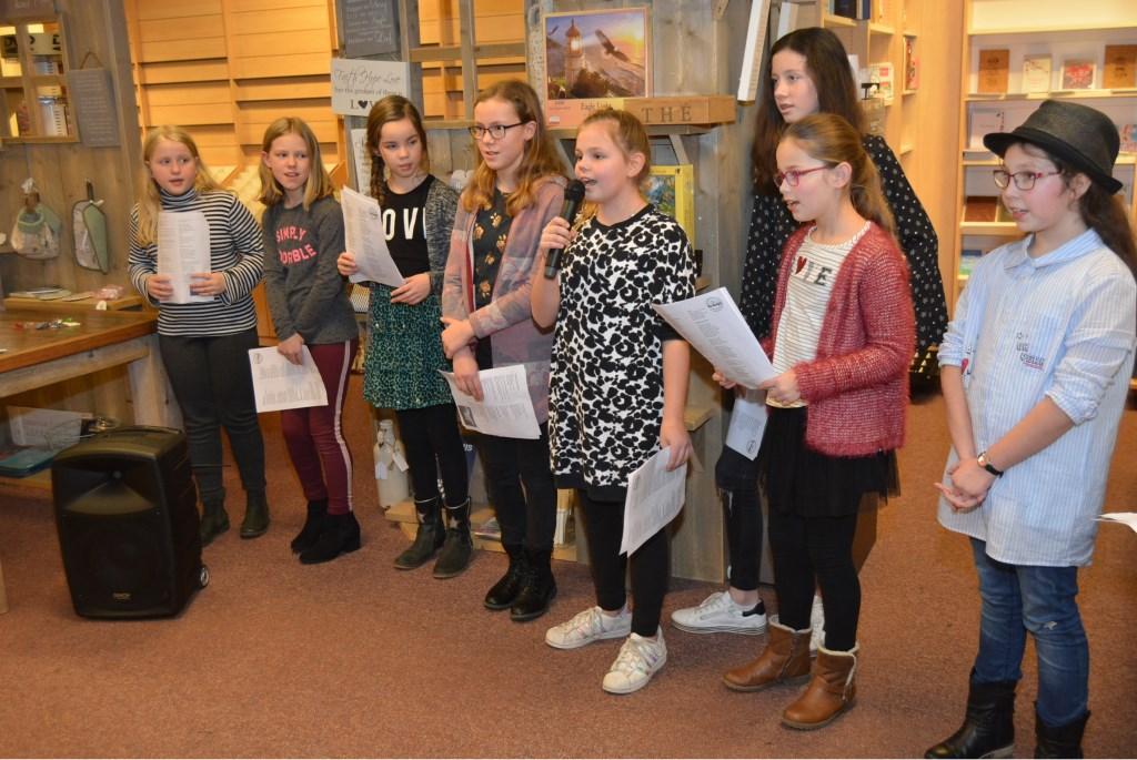 Jelena draagt haar gedicht voor  © Persgroep