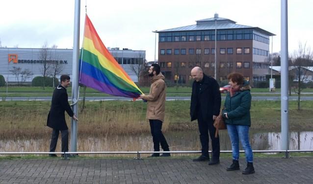 Burgemeester Pieter van de Stadt (l) heeft de regenboogvlag naar de top gehesen.