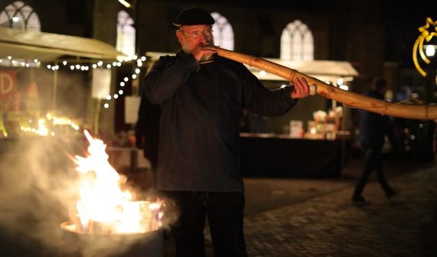 """Jaap tijdens het Winters Pleinenfeest in Hengelo. """"We spelen van de 1e advent tot en met 6 januari."""" (foto Feikje Breimer)"""