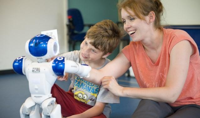 Zorgrobot helpt jonge patiënt tijdens zijn behandeling