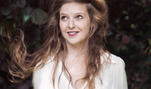 Elke Vierveijzer, finalist van het Amsterdams Kleinkunstfestival 2015 en in 2014 afgestudeerd aan de Koningstheateracademie.