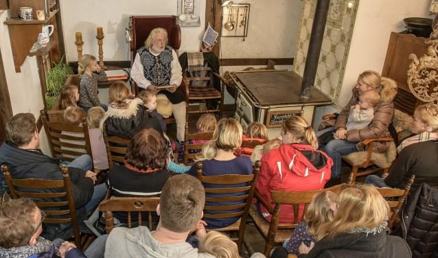 Nog één keer nam boer Harm plaats in de Vechtehof om kerstverhalen voor te lezen. Nu is hij met pensioen. Foto: Franz Frieling