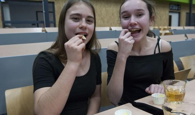 Als het smaakcollege voorbij is testen twee leerlingen van het HPC de chips. (foto: Ellen Koelewijn)