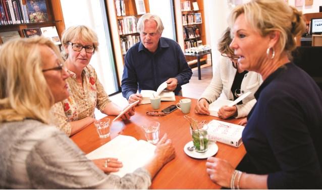 Eens in de zes weken komen de deelnemers op een vrijdagmiddag bij elkaar om een literaire roman of een non-fictieboek te bespreken.