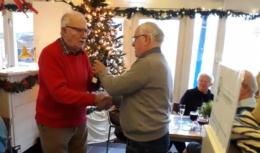 Kees Boer (links) reikt de eerste prijs uit aan Serdo Verbanac.