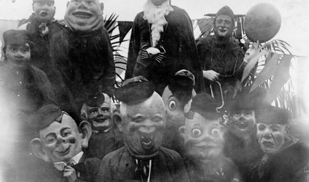 Prins Warringa met zijn nar in 1932 omringd door boeren met gazen maskers en grote koppen, in het midden de gaper.