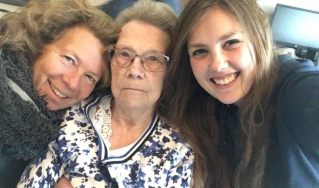 Familiefoto met links Anita de Groot met haar moeder in het midden. (Foto: Annelie van Heerikhuize)