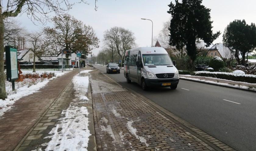 Een van de tijdelijke bussen op weg in Rijsoord. (tekst en foto Geert van Someren)