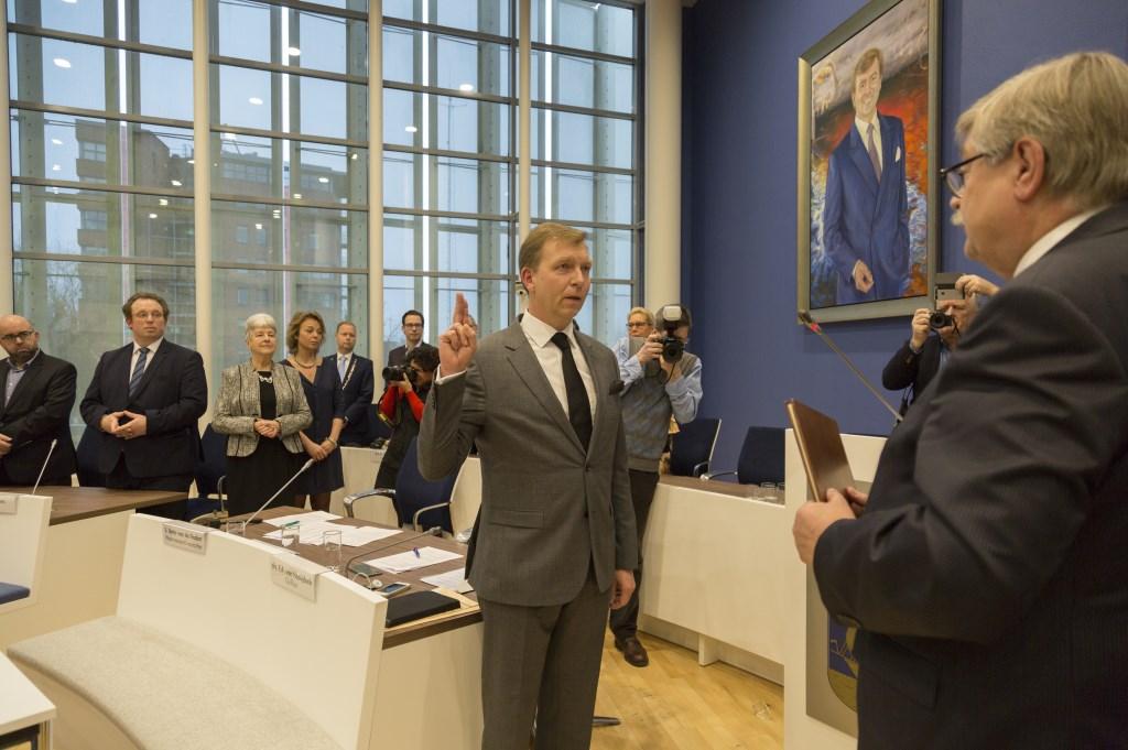Commissaris van de Koning Willibrord van Beek neemt de eed af. (Foto: Dewi van Dreven)