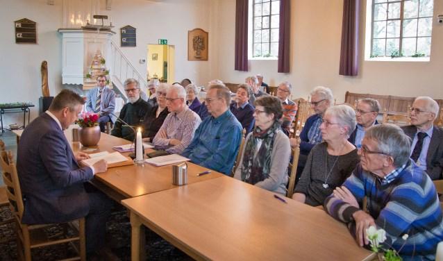 In de protestantse kerk van Wehl ondertekenen kerkbestuurders de akte van samengaan. Links notaris Bas Schipper.