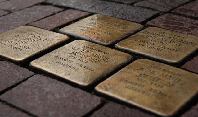Struikelstenen zijn keitjes met daarop de naam van een gedeporteerde Joodse burger. In Middelburg liggen er al 22. FOTO: FRANK HUSSLAGE