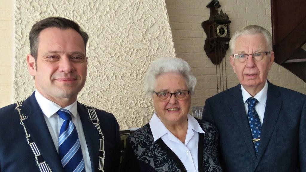 Burgemeester Sjoerd Potters feliciteert het 60 jarig bruidspaar Van Kuik-van Rosmalen. FOTO: Els van Stratum