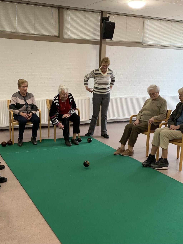 Deelnemers dagvoorziening zijn bezig met Koersbal (bewegingsactiviteit)