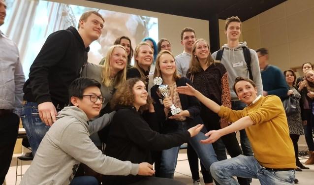 Het debatteam van het Kalsbeek College heeft met de knappe tweede plaats laten zien opnieuw tot de landelijke top te horen. FOTO: Kalsbeek College