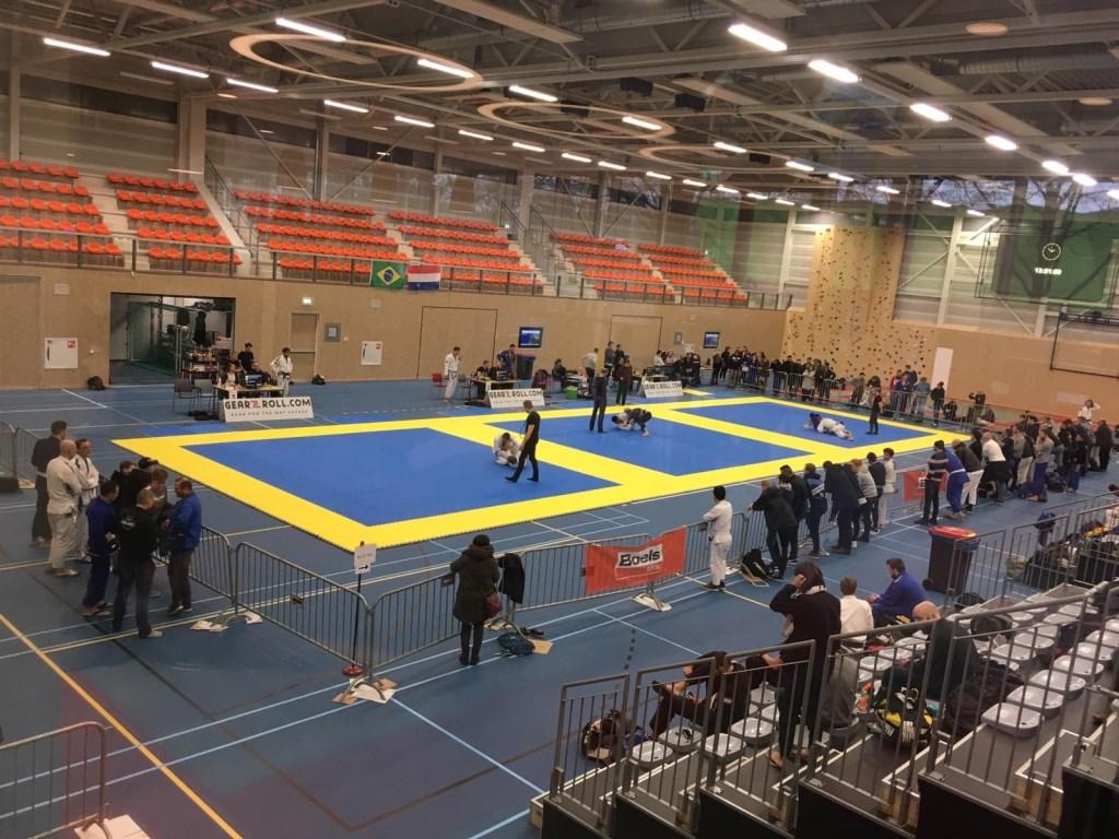 Overzicht van de zaal tijdens de eerste wedstrijden. Foto: Sportschool Herbert © Persgroep
