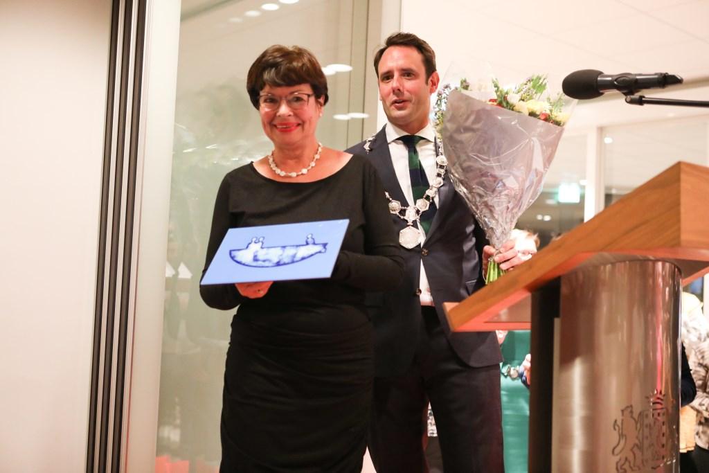 urgemeester Harm-Jan van Schaik reikte tijdens de nieuwjaarsbijeenkomst de Piet Dijkstra Prijs uit aan Agnes Bartelse.