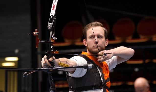 Rick van der Ven legt aan en richt zijn pijlen op het Nederlandse kampioenschap Recurve Heren.
