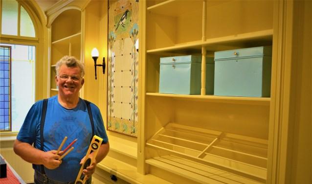 Jan Wigbers uit Hattem legt de laatste hand aan een 19e eeuws interieur van een bakkerswinkel.