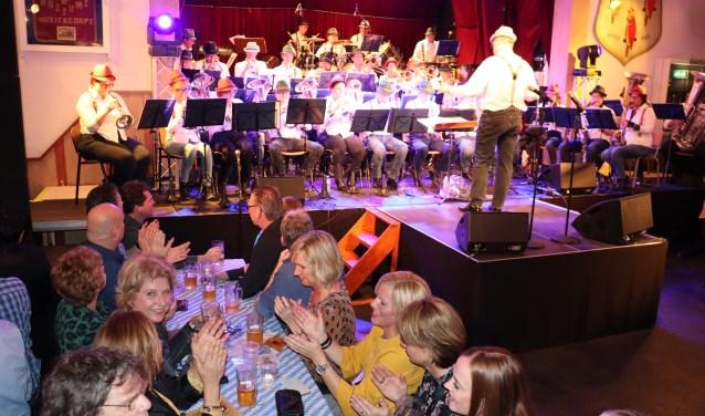 In dorpshuis De Parel werd het 110-jarig jubileum van Fanfare Juliana gevierd met een Schlagerfestival. Foto: Hanneke Roos