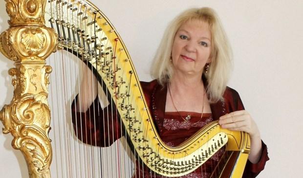 Harpiste Regina Ederveen met Erard harp 2018.