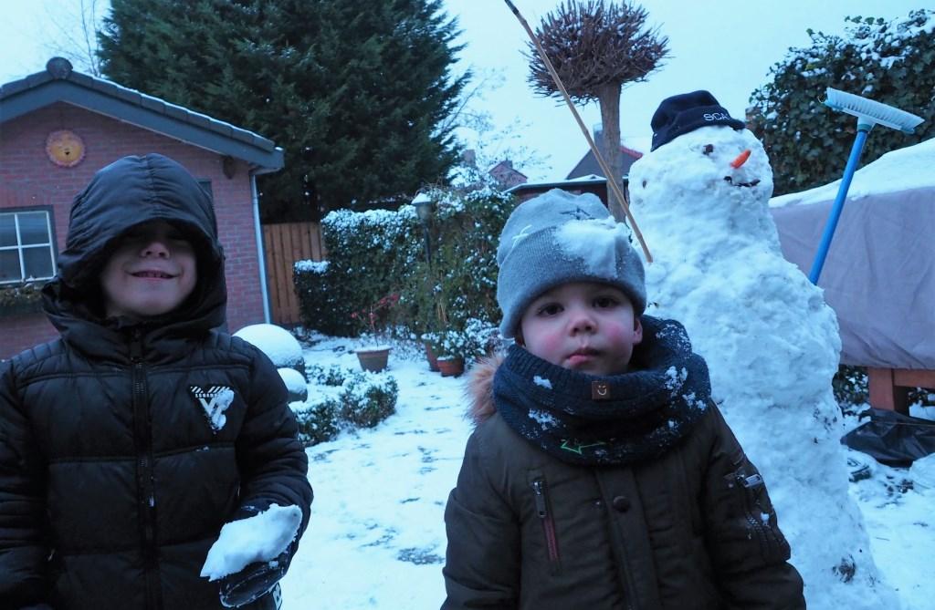 """Ruan (rechts) ging samen met neef Xavi (links) een sneeuwpop bouwen en sneeuwballen gooien. """"Oei een voltreffer. Wie heeft dat gedaan?! Die witte achter me met die oranje neus, of m'n grote neef naast me?"""" Foto: Opa Peter Opa Peter © Persgroep"""