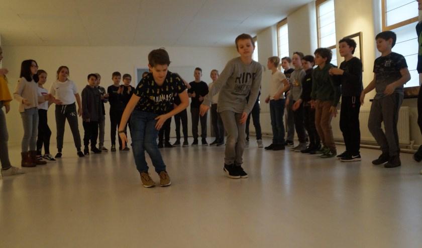 Leerlingen van groep 8 van de Fransiscusschool volgen de workshop dans, om later op de dag deze dans zelf op te voeren. Foto: Marielle Pelle