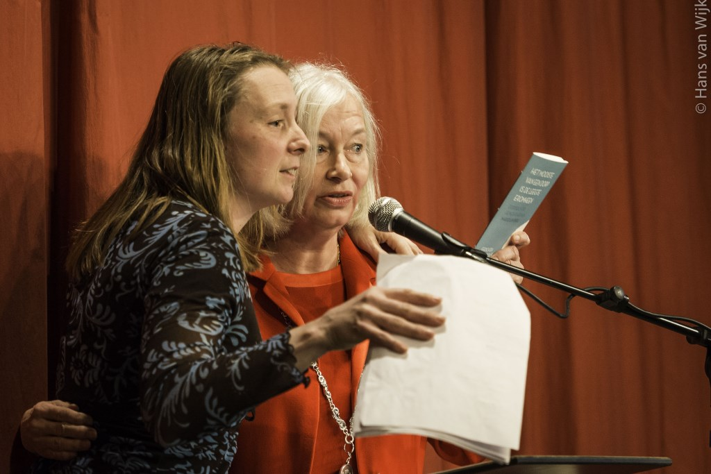 Dorpsdichter Marjolein Pieks en de burgemeester van Heumen Marriët Mittendorff. Foto: Hans van Wijk © Persgroep