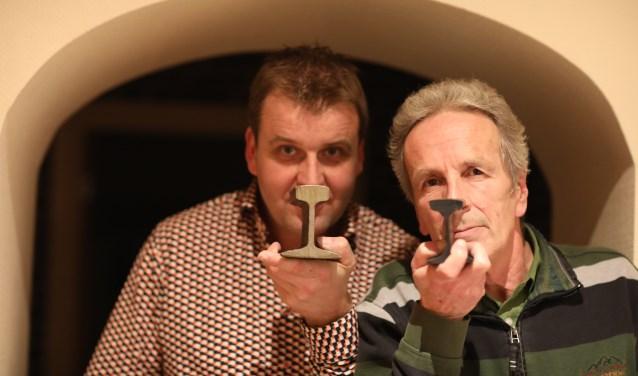 Werner en Fred laten de profielen zien van het Baakse spoor. Ze kregen ze van een verzamelaar uit Ulft. (foto: Feikje Breimer)