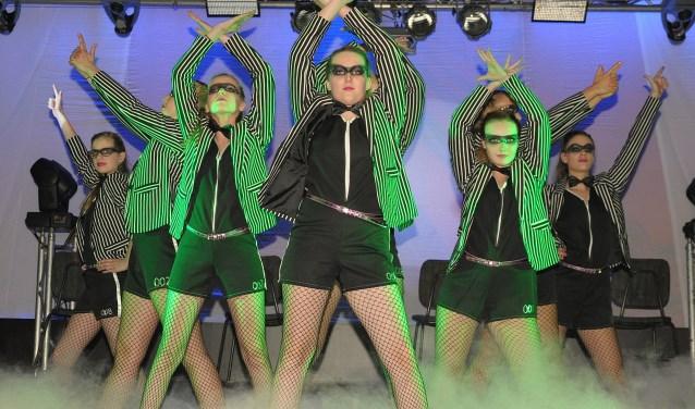 Het Revu-team van Carnavalsvereniging Paljas brengt veel show, dans en muziek op het podium. (foto: Ab Hendriks)u biedt een groot aantal artiesten van