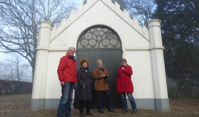Rob Koodering, Gabriella van der Weijden, Jone Nuis en Tineke Dinnessens bij het 'baarhuis' op de begraafplaats. (foto: Marnix ten Brinke)