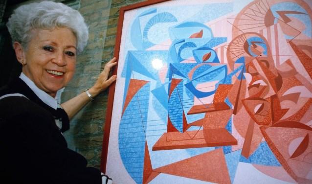 De Valkenswaardse kunstenares Dinie Govers-Baten toont één van haar werken. Dinie overleed in 2014. Nu gaan haar schilderijen in de verkoop.