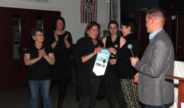 Kantinebeheerder Carola Bruurmijn neemt het certificaat in ontvangst.