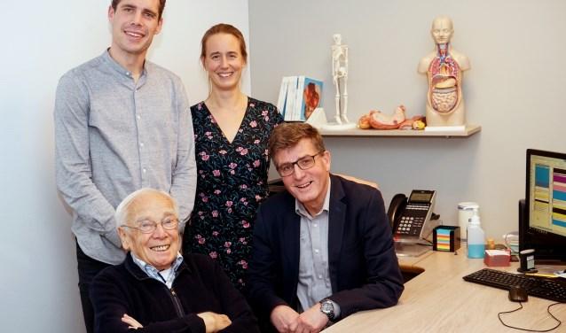 Dokter Bonarius (linksonder) samen met huisarts Frank Dictus (rechtsonder) en zijn opvolgers Joost Meuleman en Karin Roskes. Foto: Tom Oosthout