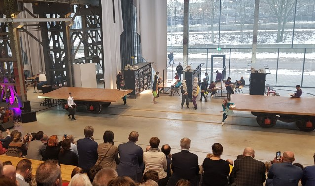 De openingsshow door de theatergroep de Kwekerij uit Tilburg. Het was een ode aan het rijke verleden van de NS-hal en de metamorfose naar de nieuwe gebruikers.