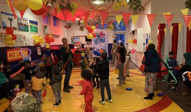 Kinderen van het AZC Nijmegen leren circusacts.