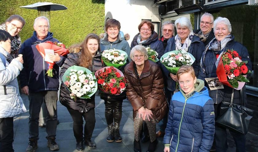 De wensaanvragers ontvingen een boeket bloemen van Theo en Tom van Schaick van de Maarnse Plusmarkt. FOTO: Hanny van Eerden