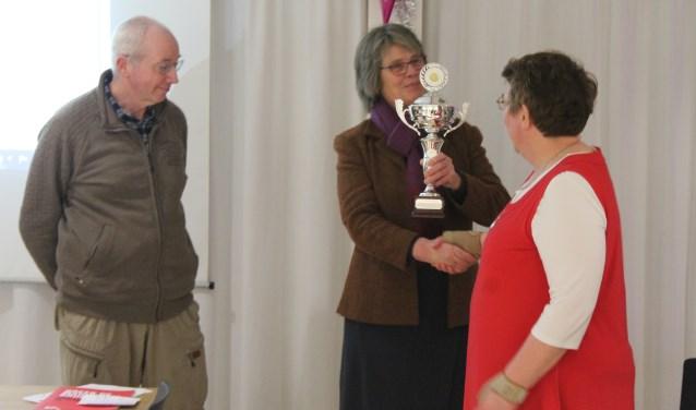 Toke en Peter ontvangen de prijs uit handen van afdelingsvoorzitter Baukje Hiemstra
