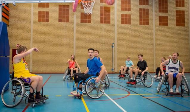 Wedstrijd rolstoelbasketbal