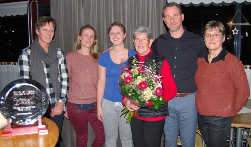 Sjanie van Nugteren werd door het bestuur van D.O.S. in de bloemetjes gezet. De sympathieke 80 jarige is maar liefst 70 jaar lid van de gymnastiekvereniging. (foto: Arie Pieters)