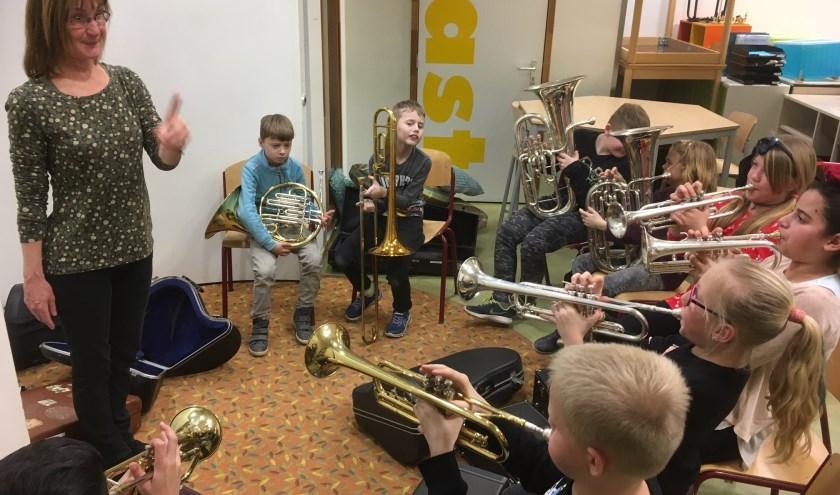 Kinderen leren een instrument bespelen