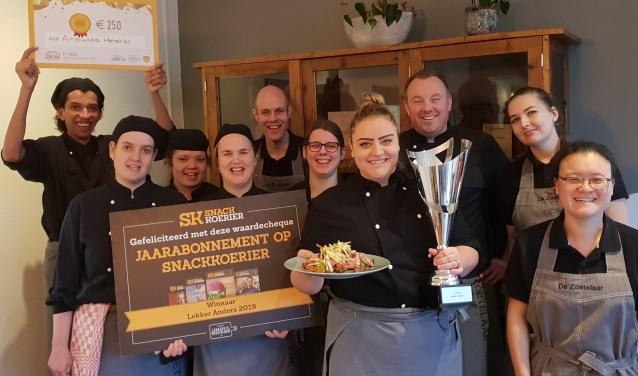 Anouska Hendriks en haar collega's van de Zoetelaar zijn erg trots dat hun broodje gewonnen heeft. Foto: Robbert Roos