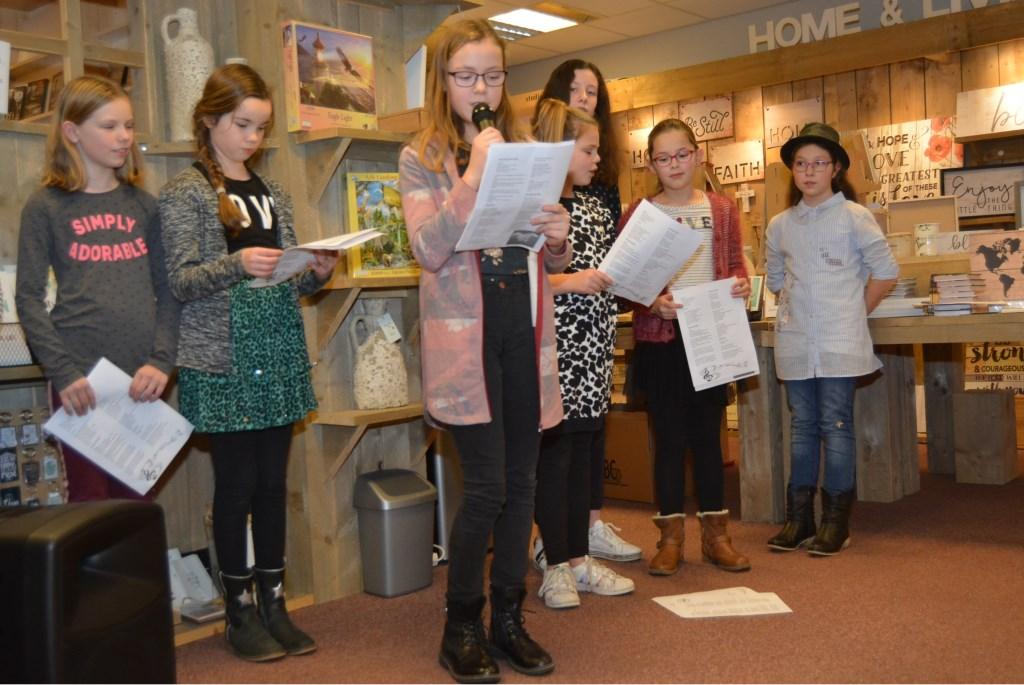 Caren lees een gedicht voor.  © Persgroep