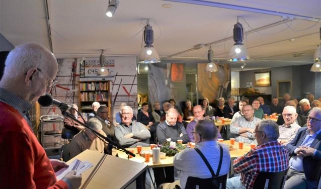 Jan Bakker spreekt de vrijwilligers toe op de nieuwjaarsreceptie van de Rijssense Musea.