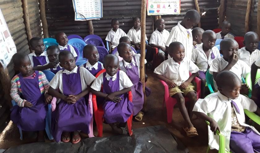 De schoolklassen in Kenia zijn heel wat minder luxe dan die hier in Nederland.