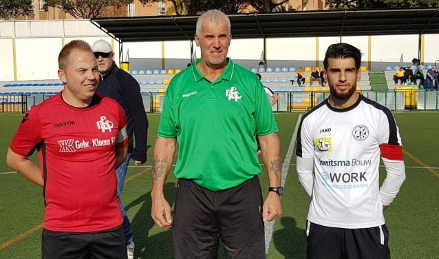 Frans Stal met de aanvoerders van EBOH en Drachtster Boys bij aanvang van zijn eerste buitenlandse wedstrijd als scheidsrechter.