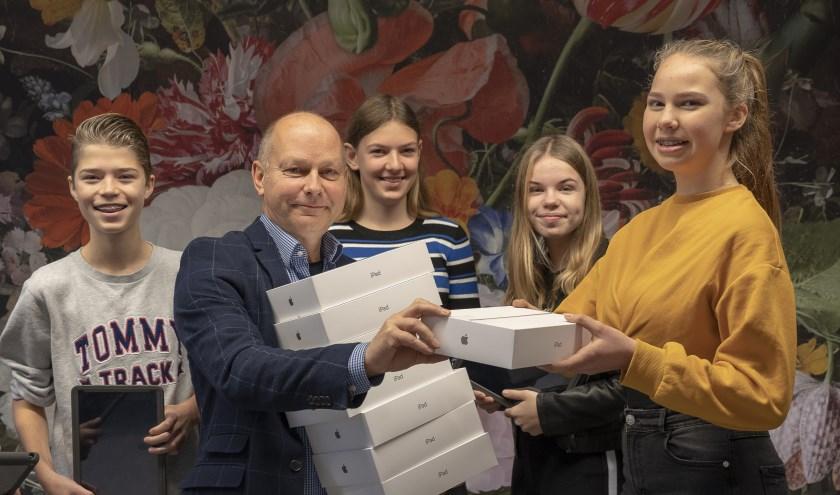 Directeur Ronald van der Vlies van de Lingeborgh heeft de eerste iPads uitgereikt. (Foto: Liesbeth Wattimury)